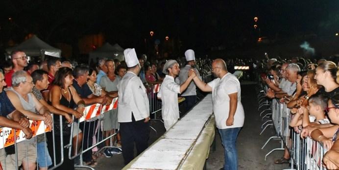 La torta pasticciotto in piazza (foto Raffaele Leopizzi)