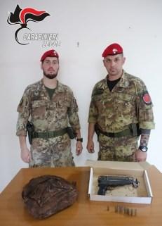 La mitraglietta e le munizioni ritrovate in via Ungaretti
