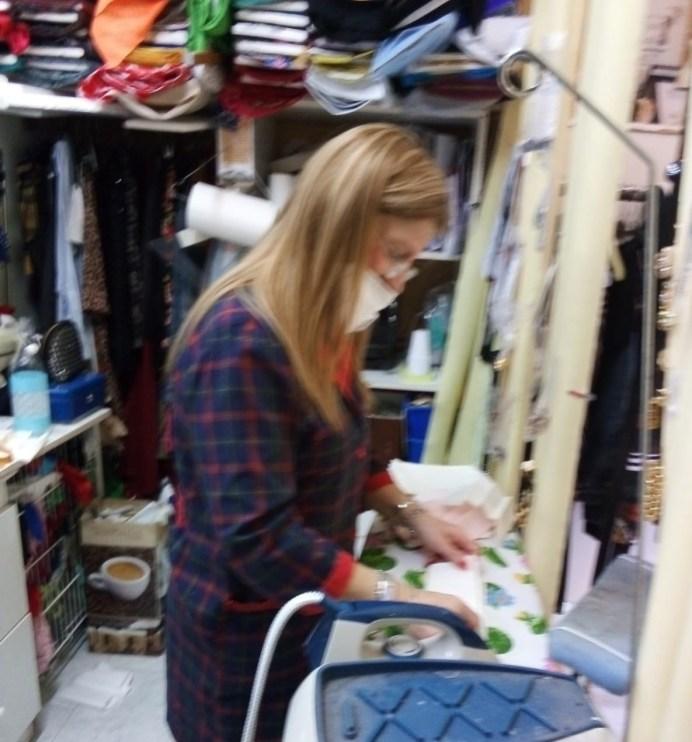 Irene Coppola al lavoro nel suo laboratorio