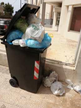 Gallipoli, cassonetti dei rifiuti ricolmi