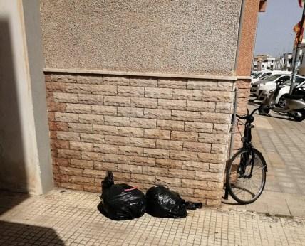 Gallipoli, sacchetti dei rifiuti per strada