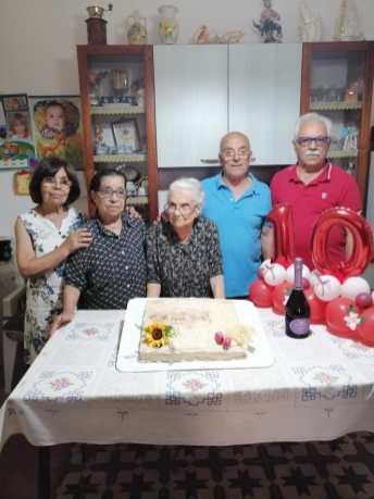 Foto di gruppo con la festeggiata