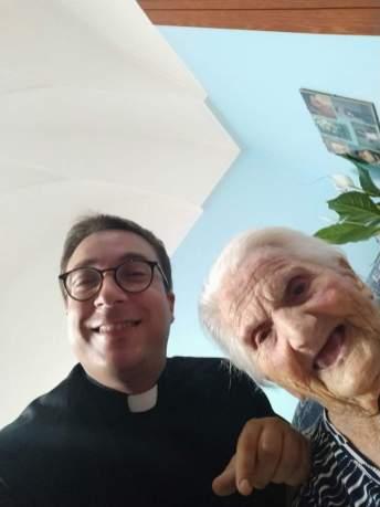 Nonna Maria con don Fabrizio Gallo