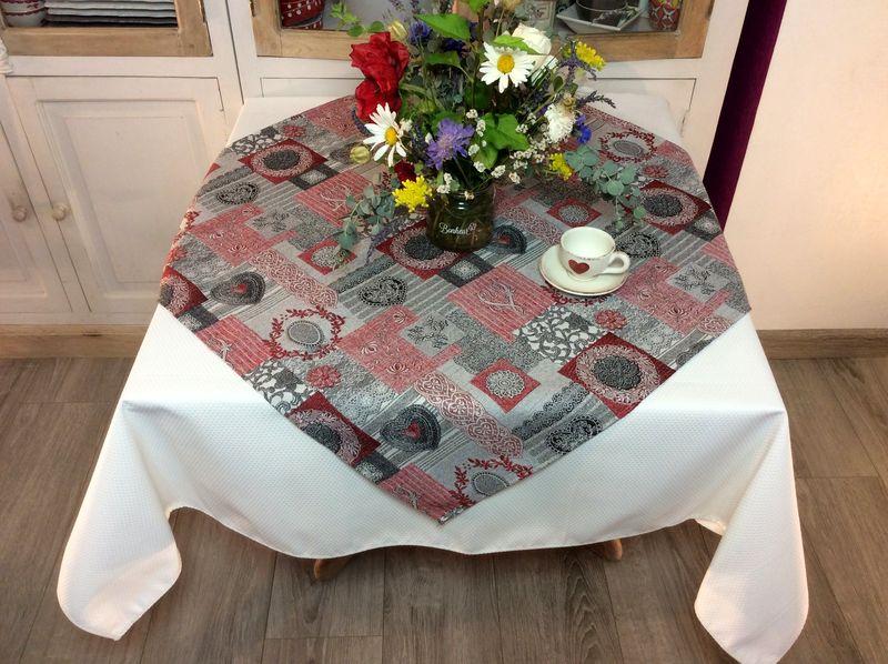 nappe coeurs et arabesques gris rouge carree 85x85 cm polycoton jacquard