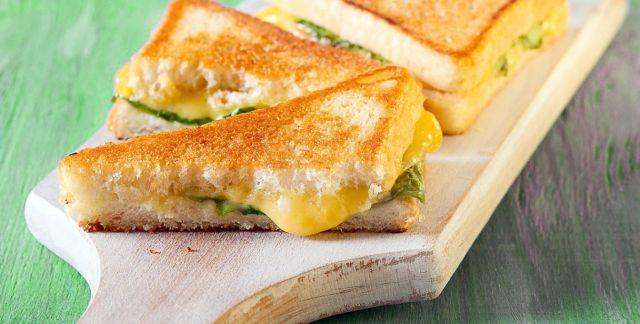 Toast al formaggio e basilico