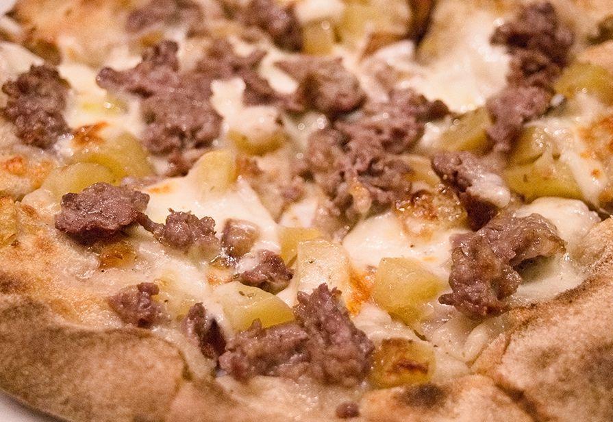 Pizza patate e salsiccia