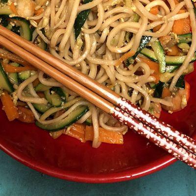Noodles saltati con gamberi e verdure
