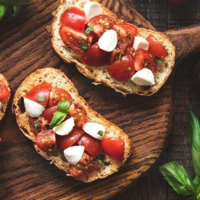 Bruschette ai pomodorini e mozzarella