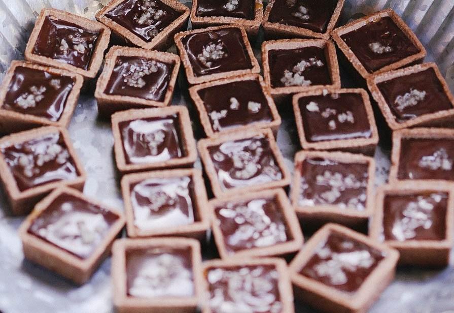 Mini tartine al cioccolato e caramello