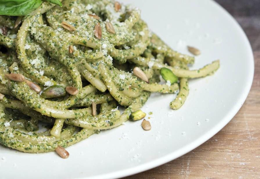 Spaghetti al pesto e pistacchi