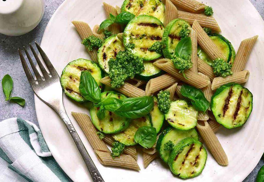 Penne integrali alle zucchine e pesto