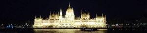 Ungarisches Parlament in Budapest bei Nacht beleuchtet