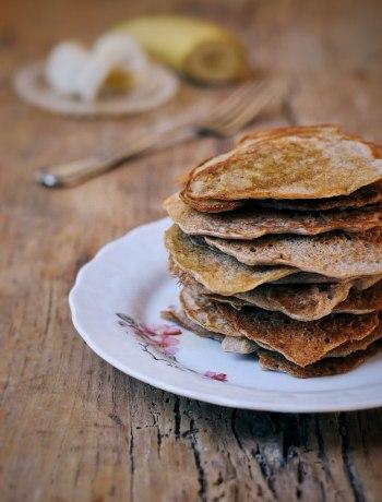 Suikervrije, lactosevrije bananen-havermout pannenkoeken om je dag gezond en lekker te starten.
