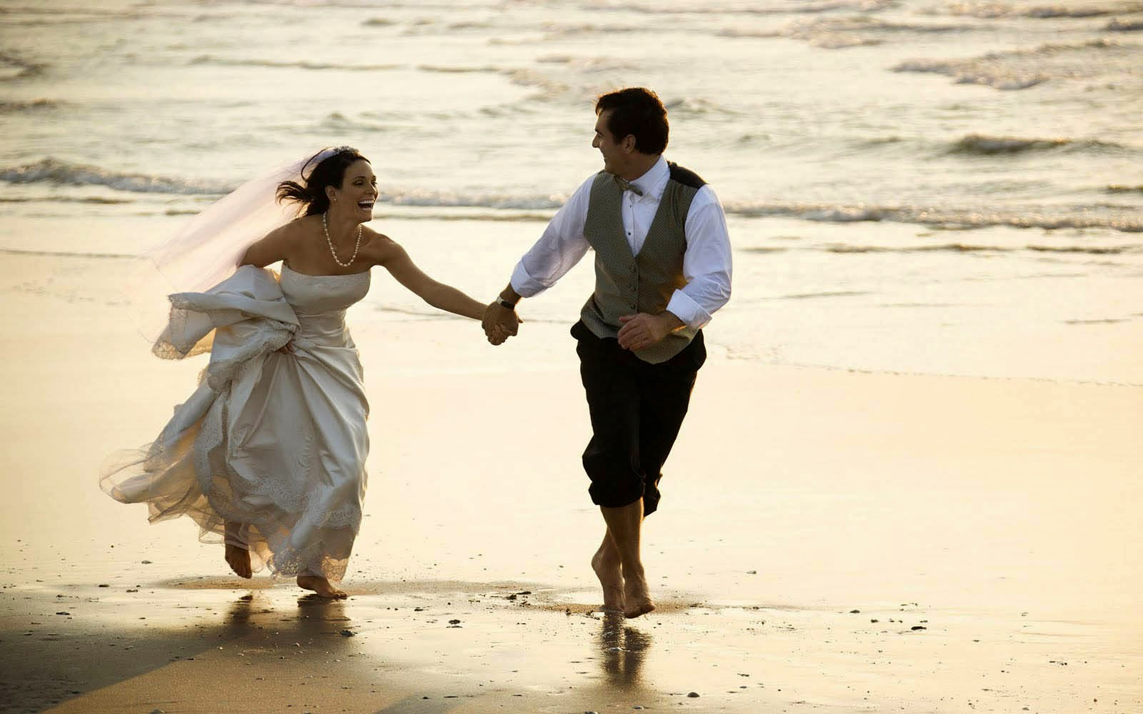Lovely Wedding Couple Beach Wallpaper