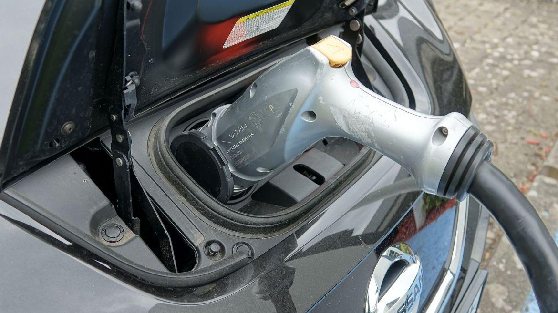 Elektrofahrzeug Nissan Leaf beim Laden an der Ladesäule