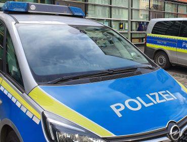 Polizeiwagen vor Wache in Frankfurt-Zentrum