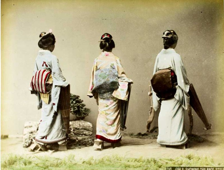 Kusakabe_Kimbei_-_298_Girls_showing_the_back_style
