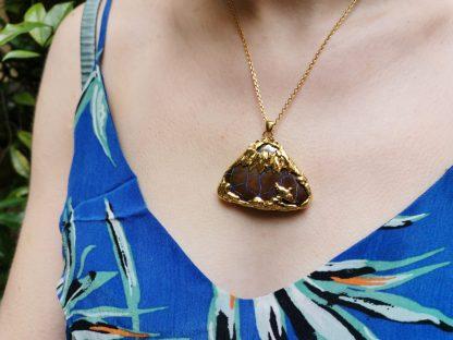 Pendentif Volcan Vermeil & Opale Boulder porté