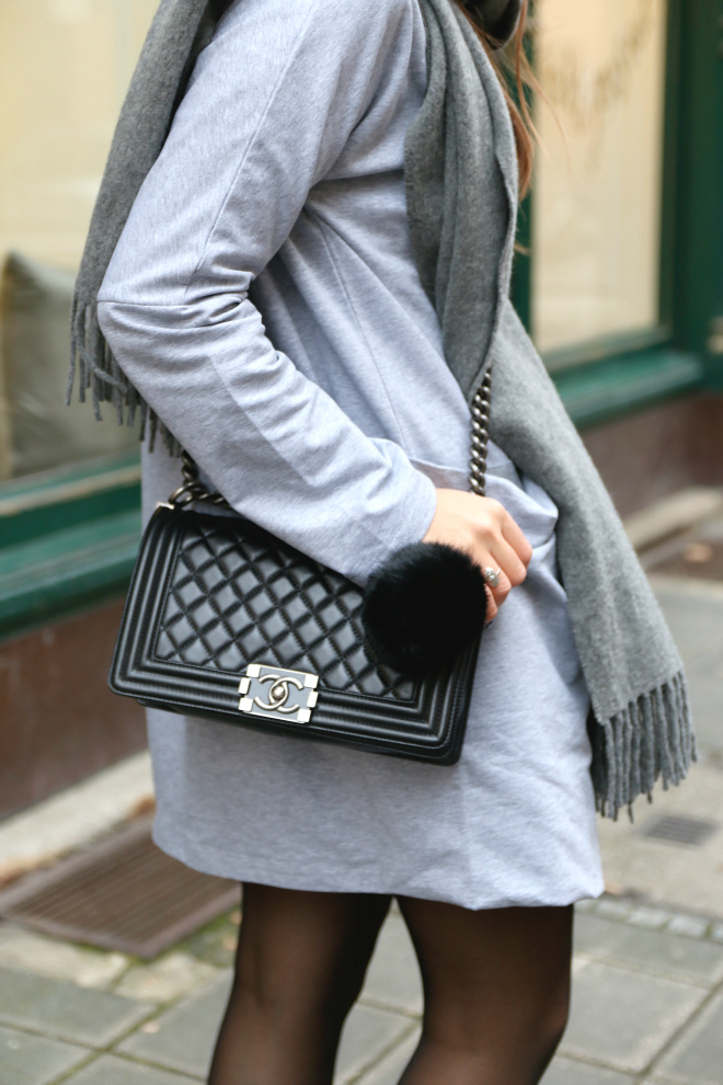 Graues Jerseykleid grauer Acne Canada Schal Chanel Boy Bag schwarzer Fellbommel