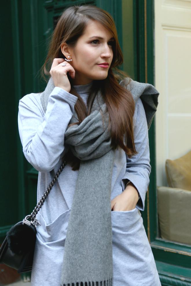 Graues Jerseykleid grauer Acne Canada Schal