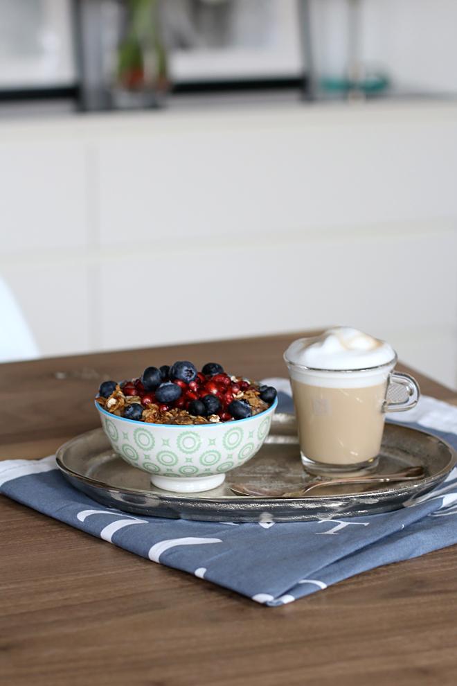 Schokoladen Chia Pudding Mit Granatapfel Und Heidelbeeren