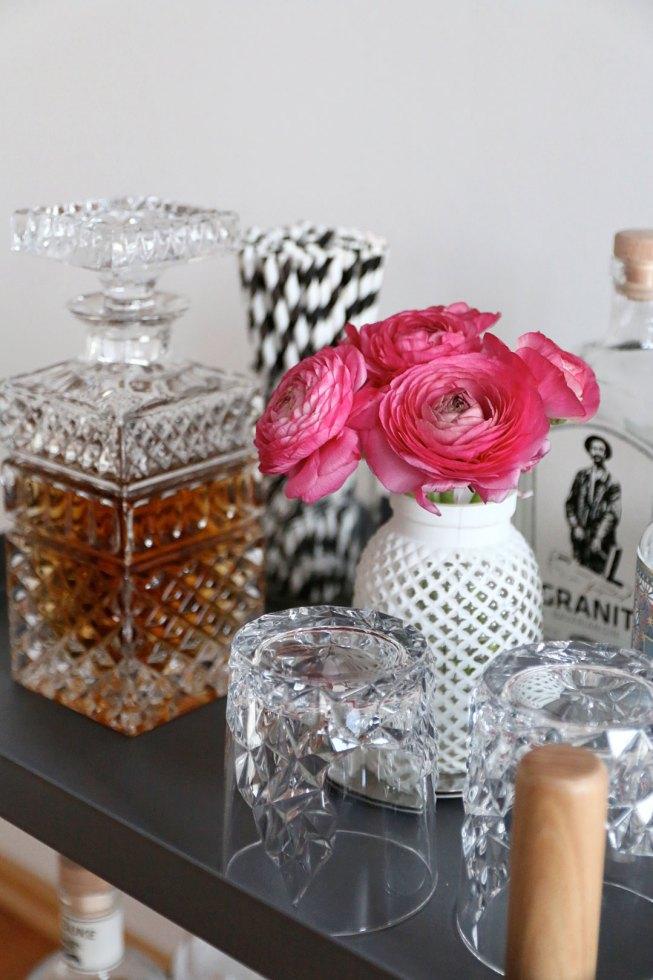 Ranunkeln in einer weißen Vase