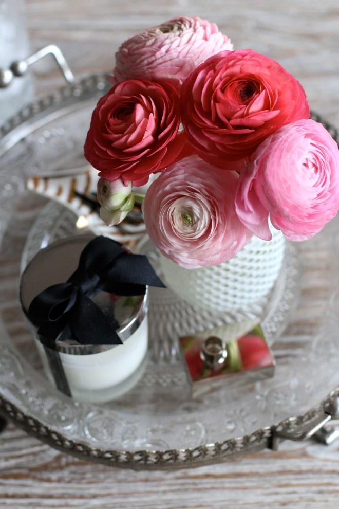 Frische Ranunkeln in weißer Vase