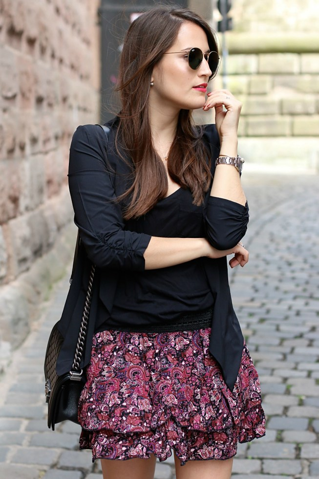 Frühlingslook mit schwarzem Blazer und Rock mit Paisley-Muster