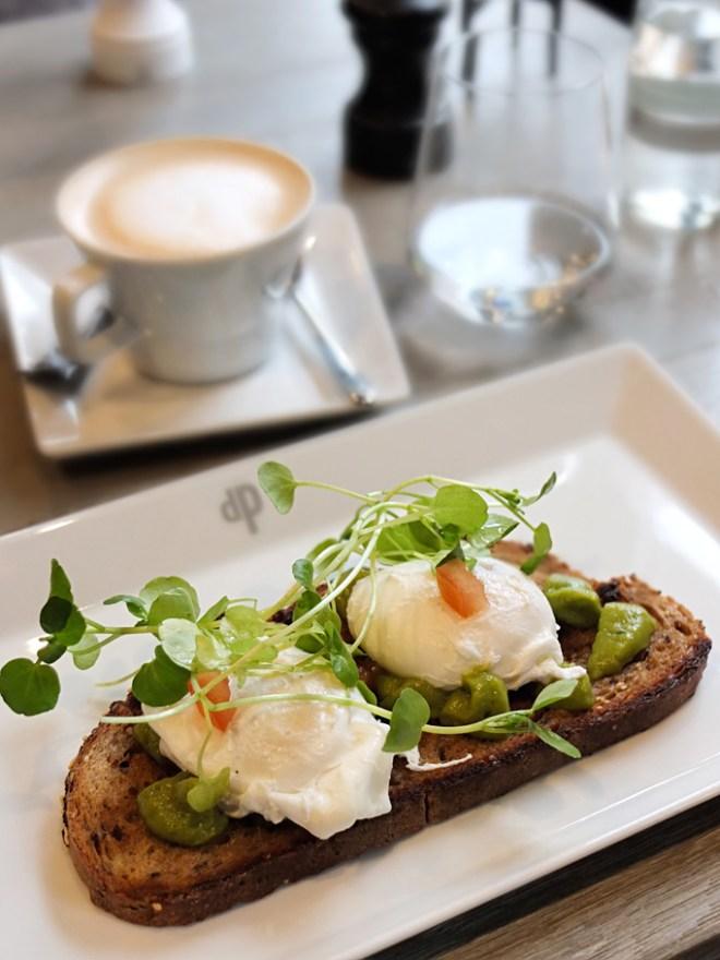 Geröstetes Brot mit Avocado und pochierten Eiern, Das Paul Nürnberg