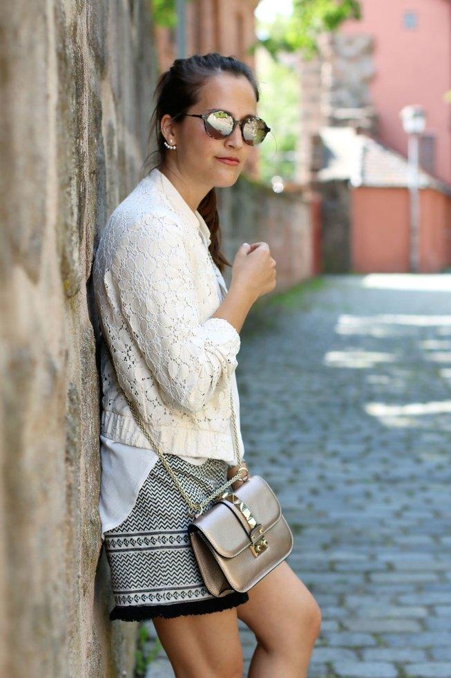 Spitzenblouson, Boho-Shorts, Slippers mit Knotendetail