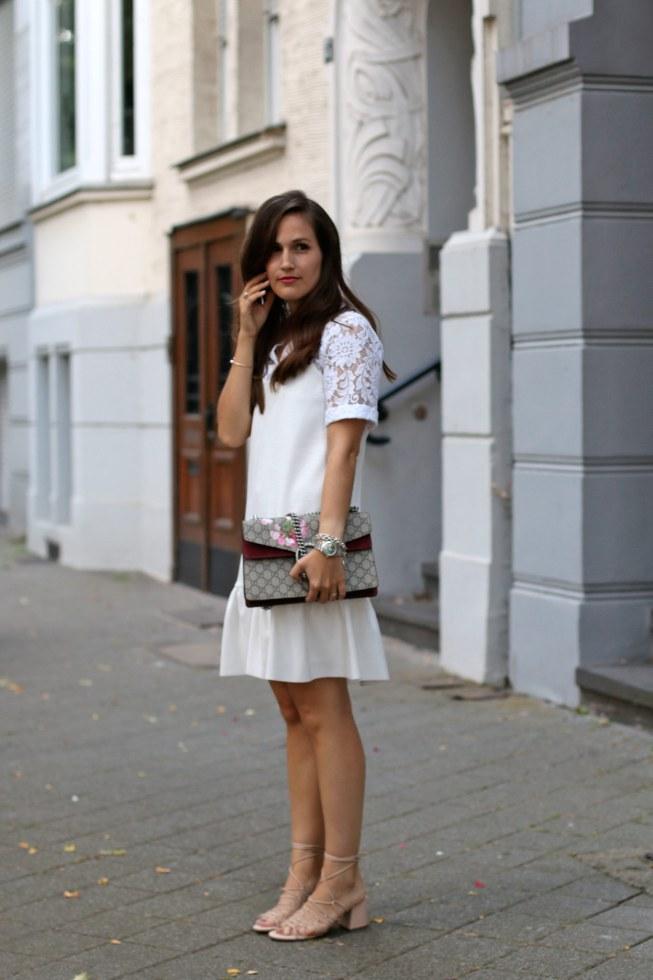 Slip Dress und weiße Spitzenbluse