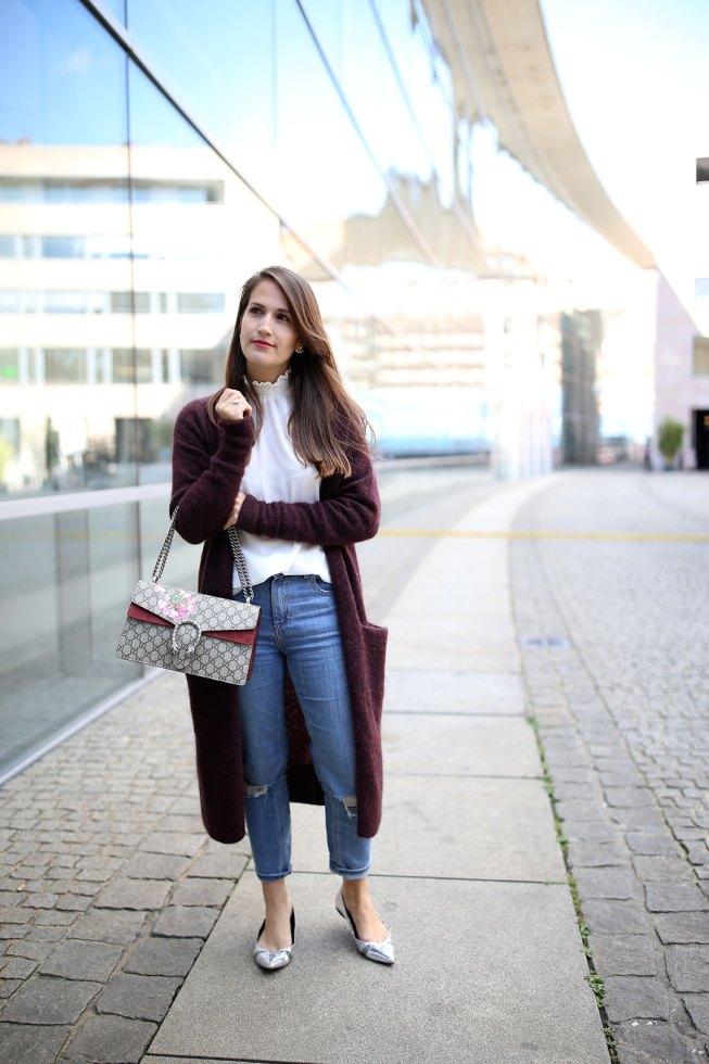 Mom Jeans und weinroter XL-Cardigan von & Other Stories