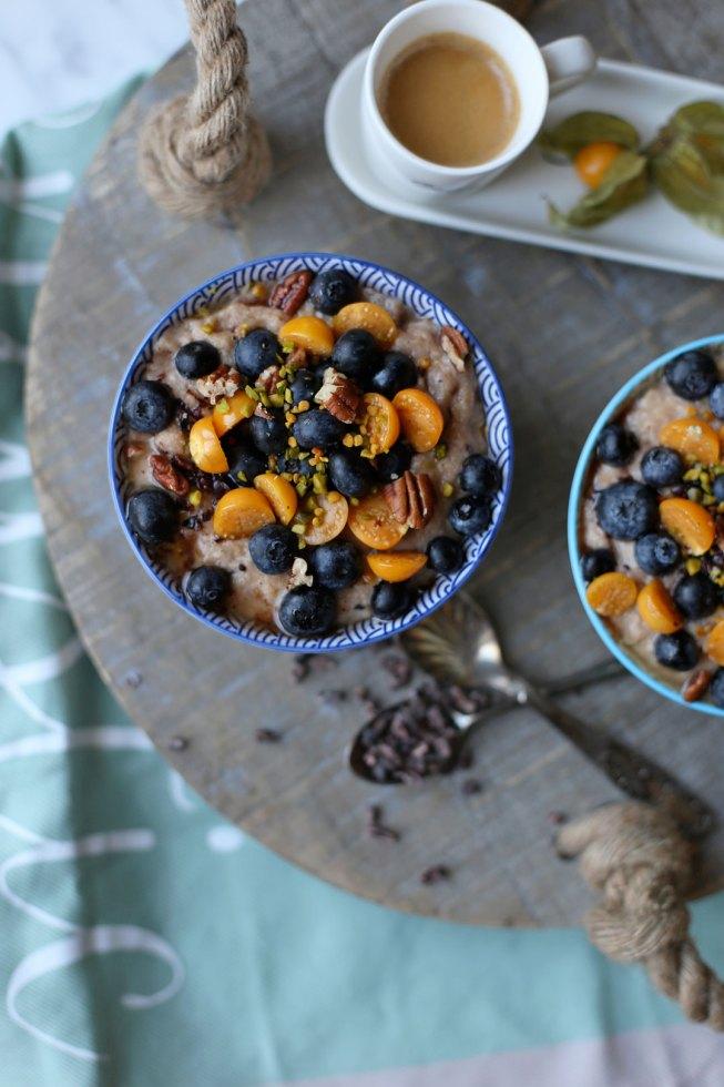 Schoko-Porridge mit Physalis und Heidelbeeren