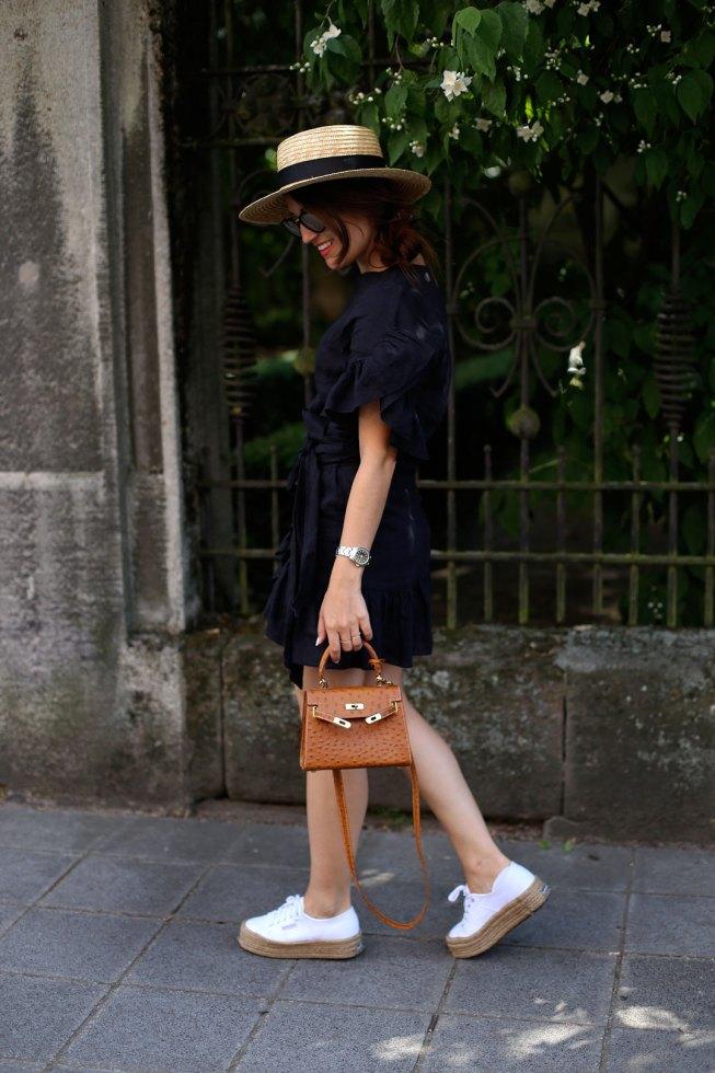 Schwarzes Leinenkleid mit Rüschen, Boater Hut und Vintagetasche