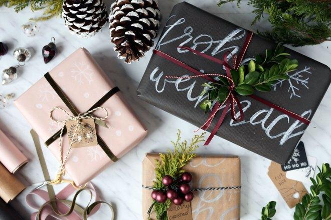 Geschenke Verpacken mit Packpapier und persönlichem Lettering