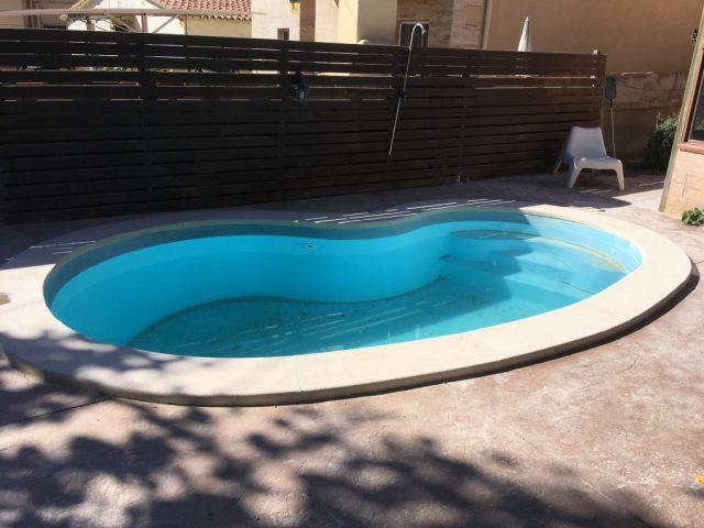 Pasamano de piscina en forma de riñón.