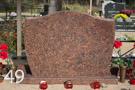Sarkana granīta piemineklis, pulēts no visām pusēm