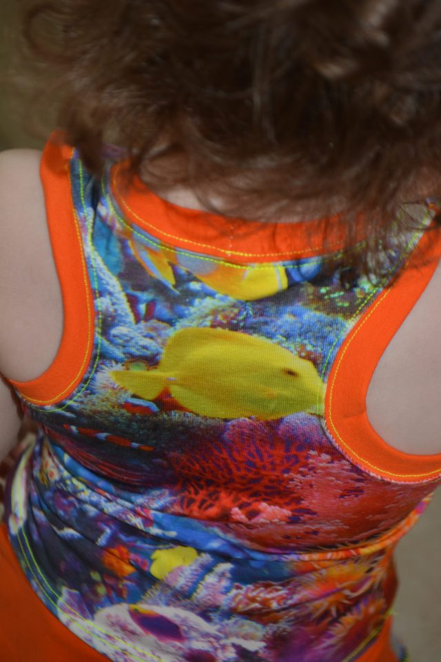 Free Fjara Baby Tank Top Pattern at www.pienkel.com, sewn by Leticia from Lello Stoffen