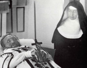 Motherr Marianne beside the corpse of Fr. Damien.