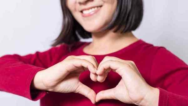 mujer-haciendo-gesto-de-corazon-con-sus-manos