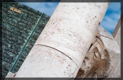 La statua di Gesù (Jesus) all'ingresso della Sagrada Familia