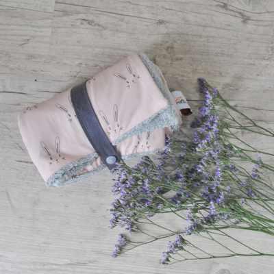couverture-nomade-4-en-1-soins-bebe-motif-lapins-roses-carotte-cie