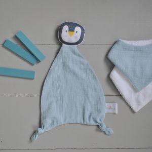 cadeau-naissance-doudou-colore-pingouin-bleu-glacier-mini-bavoir-double-gaze-carotteetcie