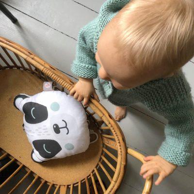 coussin-musical-panda-dessin-exclusif-coton-bio-gots-cadeau-naissance-carotteetcie-scaled