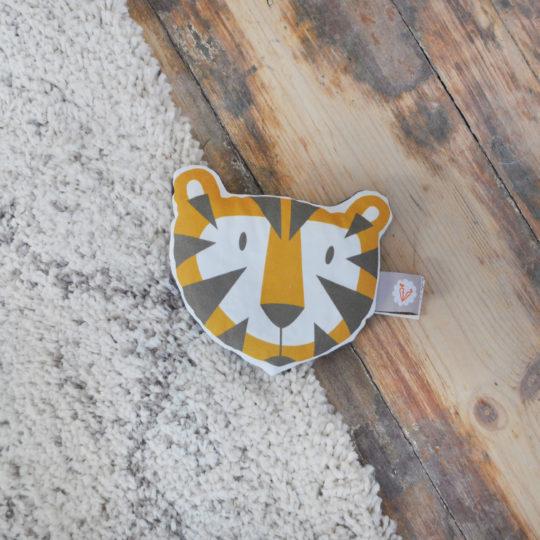 bouillotte-seche-aux-noyaux-de-cerises-tigre-soin-bebe-accessoire-bebe-motif-exclusif-carotte-cie-100-coton-bio-gots-carotte-cie-540x540