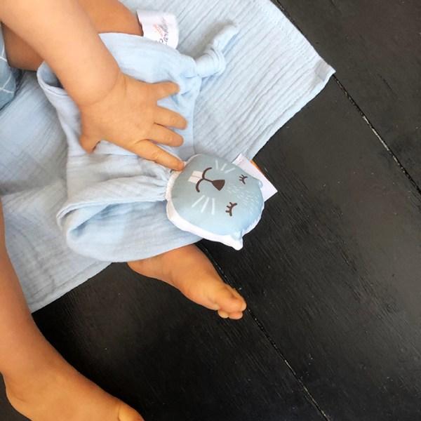 doudou-castor-bleu-double-gaze-coton-bio-oekotex-cadeau-naissance-fabrique-en-france-carotteetcie
