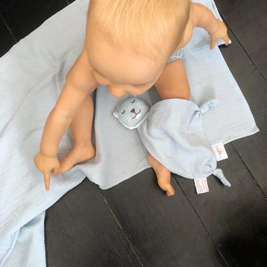 doudou-castor-bleu-double-gaze-coton-bio-oekotex-cadeau-naissance-fabrique-france-carotteetcie-540x540