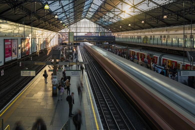 Métro londonnien en pose longue   Paysages © Pierre ROLIN - Photographe Nancy - Lorraine / Grand Est