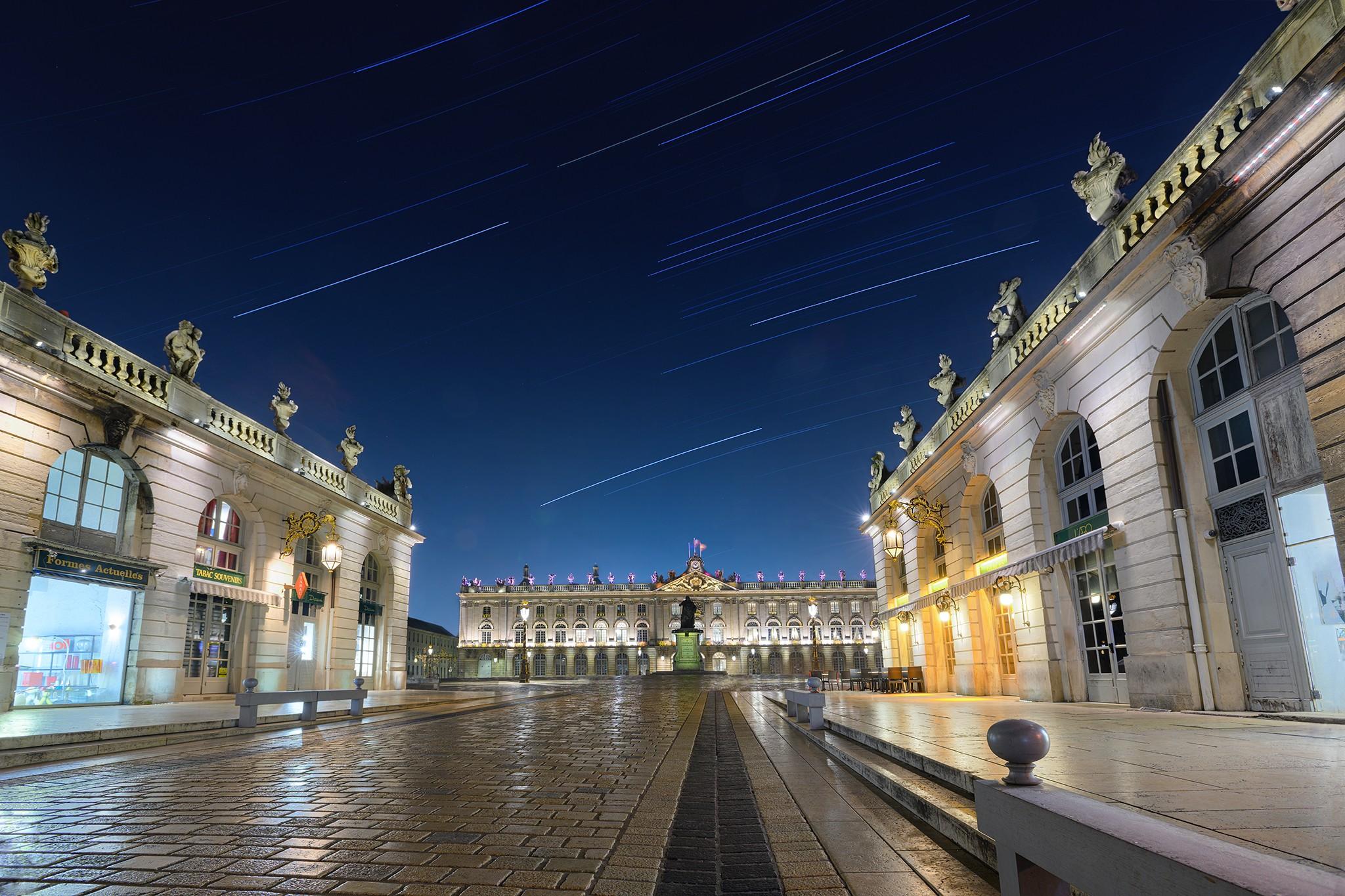1h30 de pose longue Place Stanislas à Nancy. Astrophotographie et star trail.
