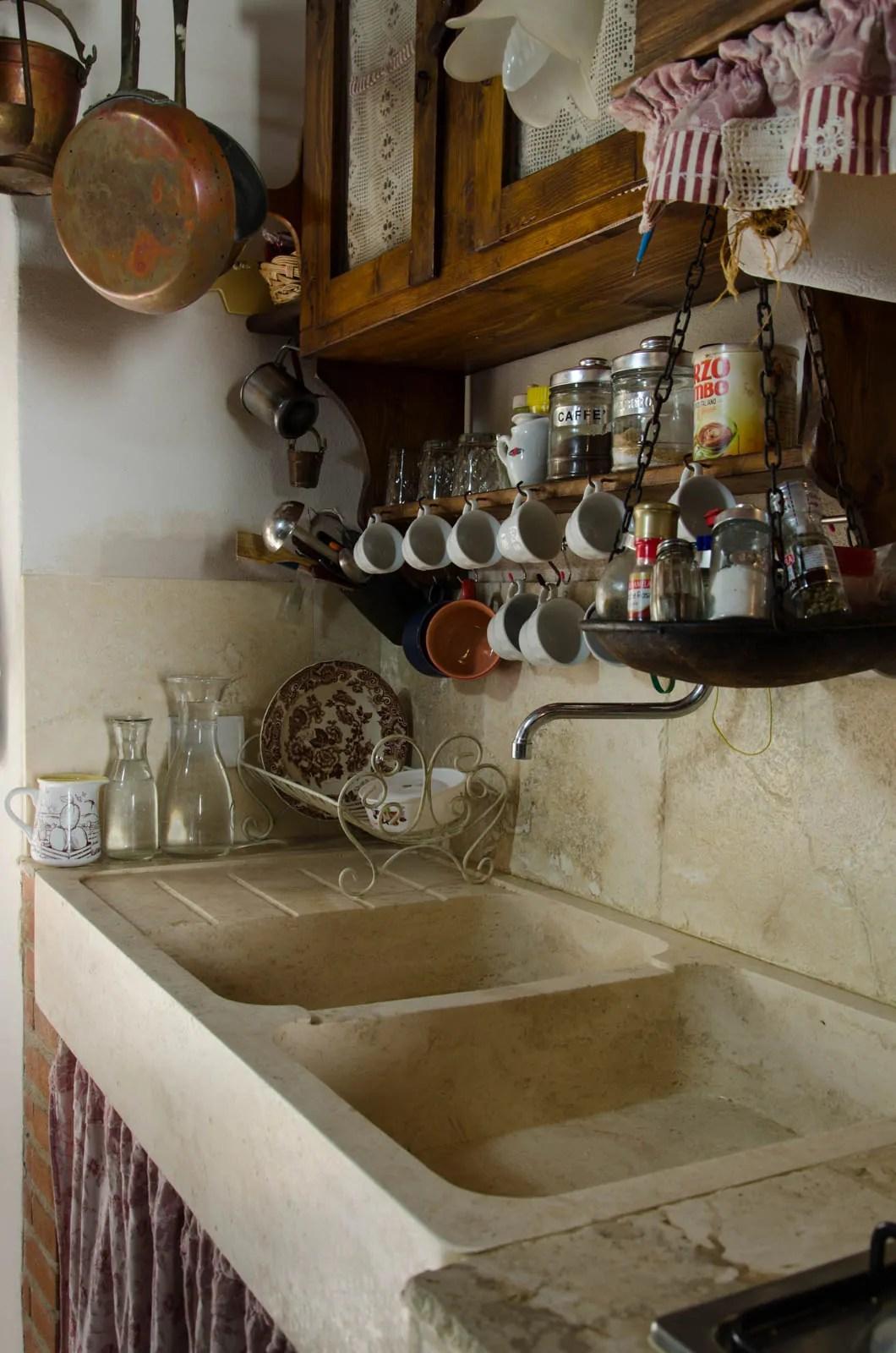 Cucina stile country come arredare locale scelta mobili tavolo sedie forno accessori utili colori materiali versione country moderna esempi. Country Style Kitchen With Travertine Pietre Di Rapolano